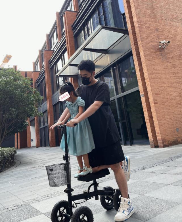 陈赫父女共骑一辆四轮车,4岁安安身材抽条,华丽鞋服被赞太好看