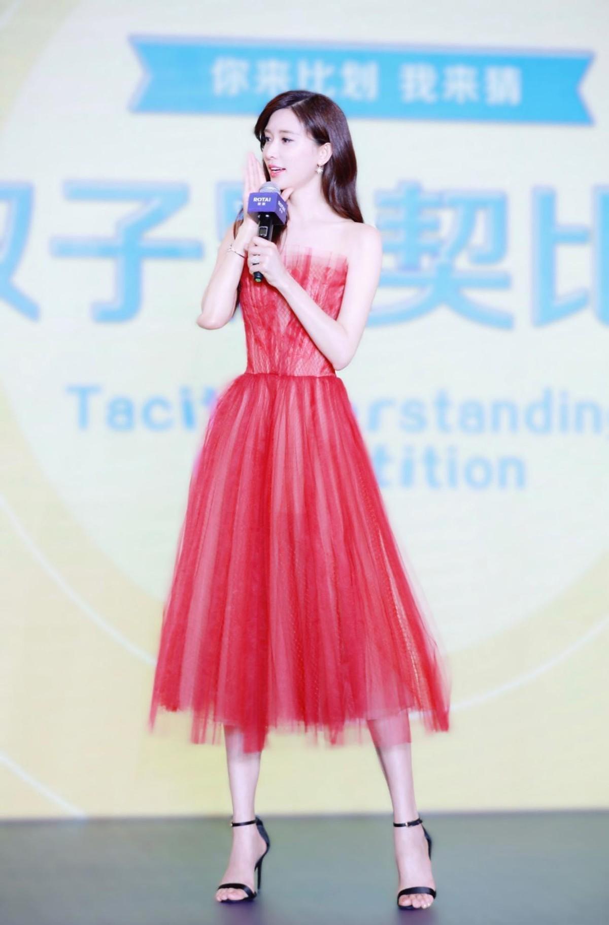 林志玲这样的女人难怪能成功,70后的年纪小姑娘的脸,真让人羡慕