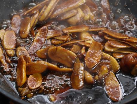 秋天,碰到生姜一定别错过,买几斤做蜜饯放罐中存放,好吃还养生