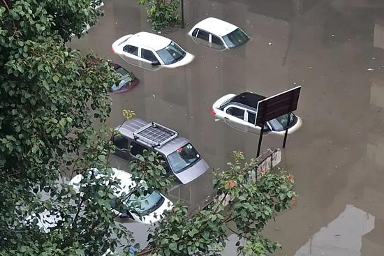 印度南部海德拉巴市暴雨成灾 致11人死亡
