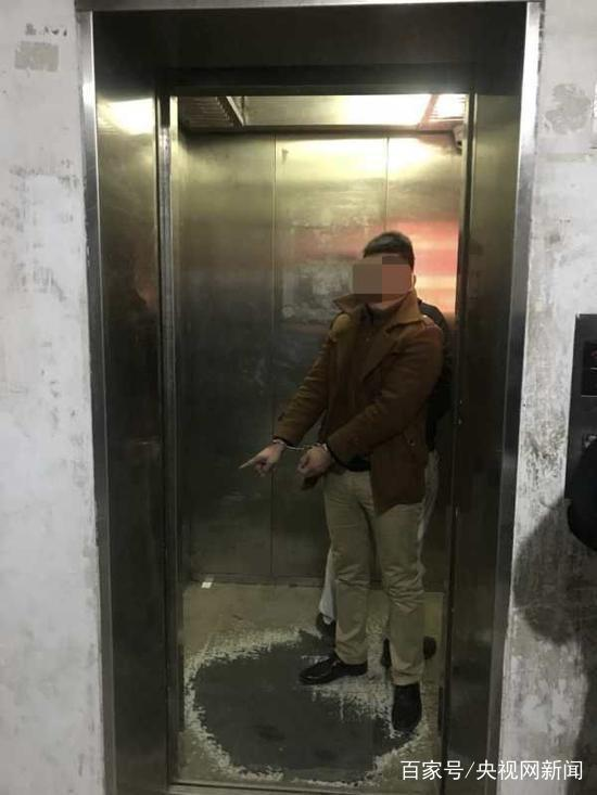 女孩电梯轿厢上遭性侵视頻曝光 女孩爸父母妈为什么没短期限小内内警报?