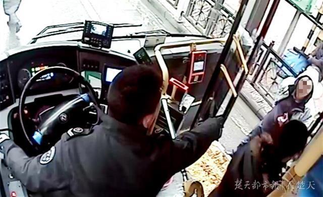 """襄阳公交司机""""霸气呵斥小偷""""火遍全国,视频点击量6000多万次!"""