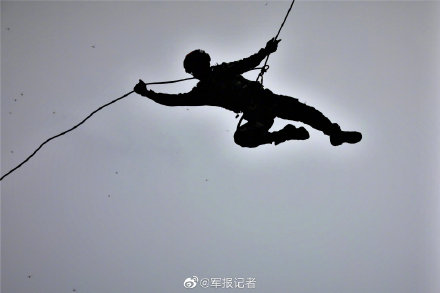 """帅!武警特战兵哥变身""""蜘蛛侠""""飞檐走壁"""