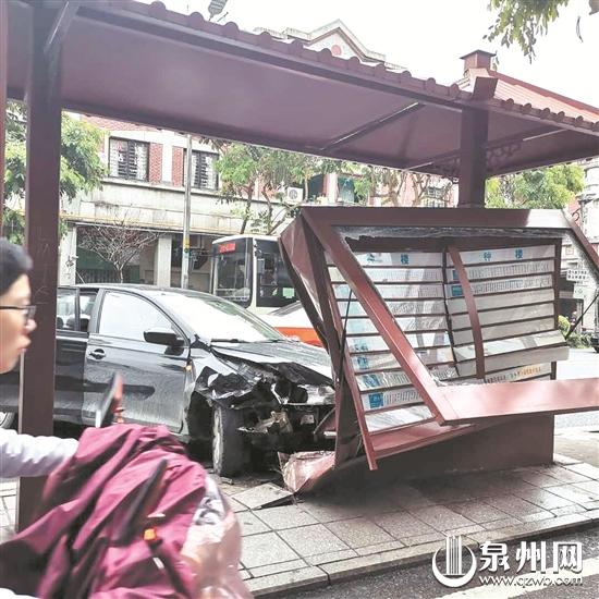 钟楼附近一小车冲上公交站台 双胞胎学生被撞伤