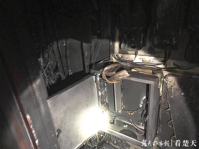 光谷一居民楼起火,消防员把氧气面罩让给老奶奶背她下楼