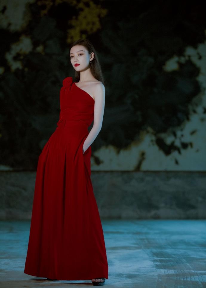 倪妮一袭红裙性感撩人 回眸对镜眼神杀气场全开
