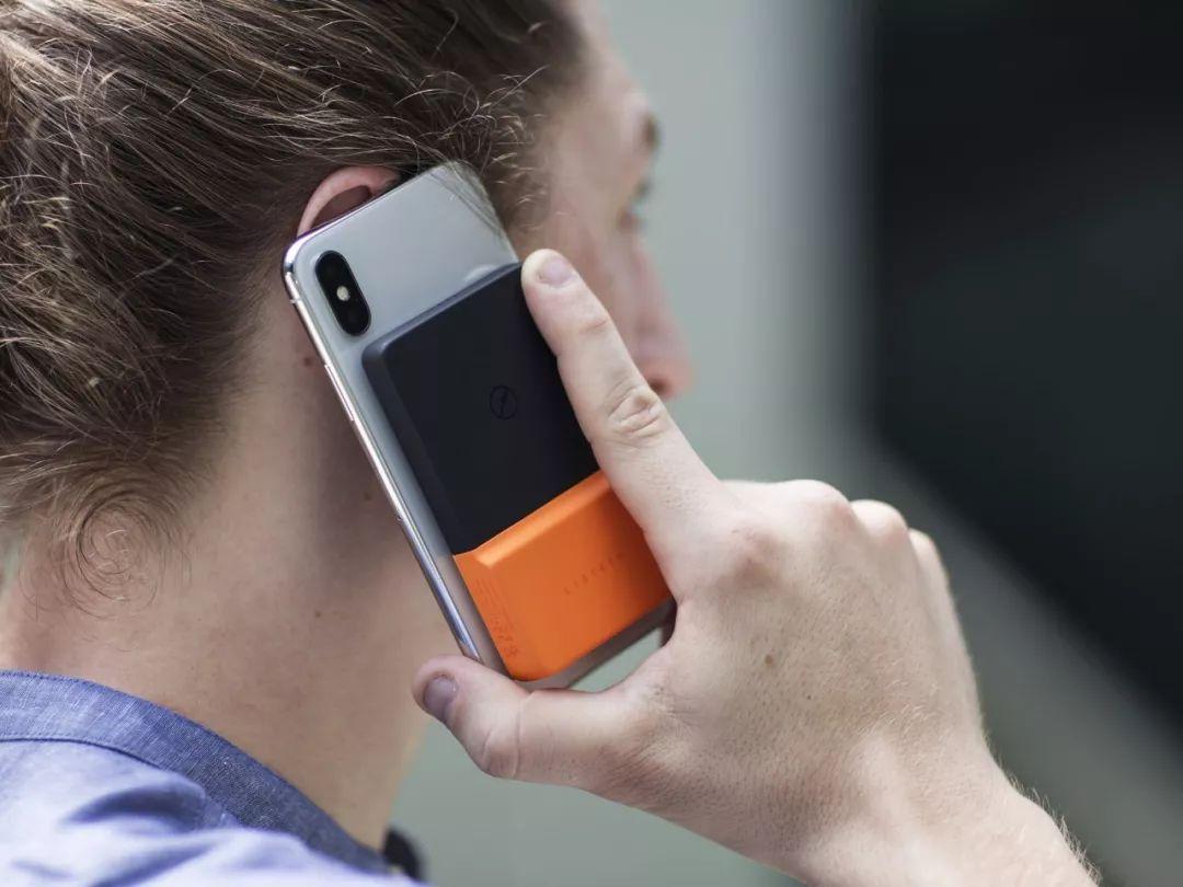 这款无线充电宝,贴手机上就能充电,超方便