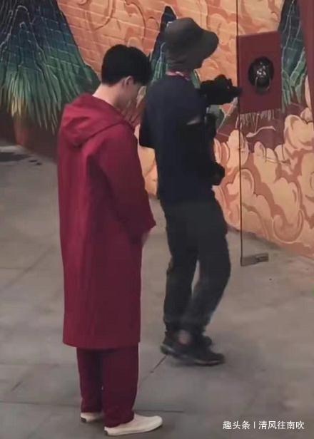 《上新了故宫2》最新路透,邓伦穿红色大衣现身,马天宇也来了