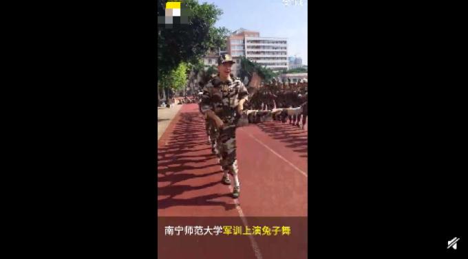舞蹈专业学生军训跳兔子舞,喊话其他学校,网友:踢腿高度亮了