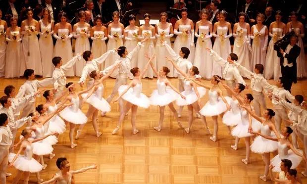 奥天时芭蕾名校曝出丑闻:劝未成年迈师吸烟以坚持体形:芭蕾舞学校那些龌龊事儿
