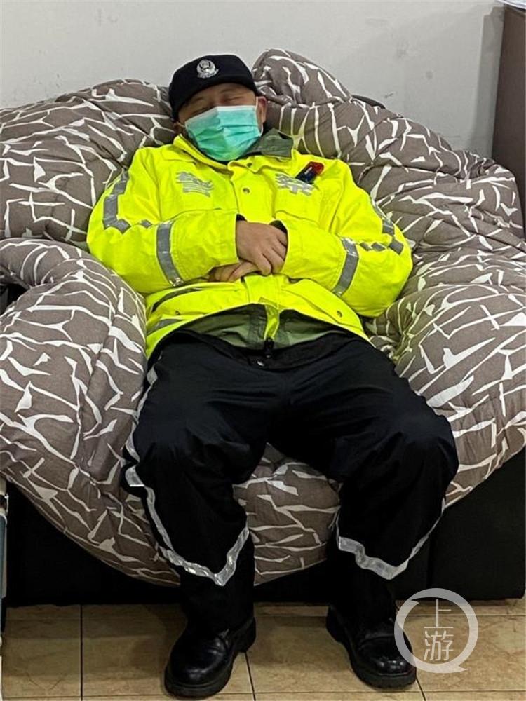 """忙碌三天三夜,他累倒在沙发上 网友留言""""轻一些,让他多睡会儿!"""""""