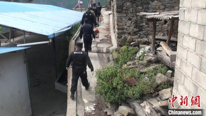 """网络主播为""""吸粉""""直播猎捕野生动物 被云南警方查处"""
