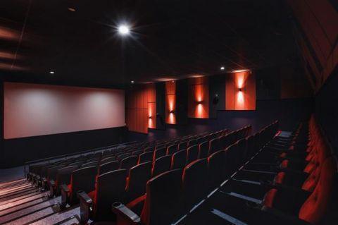 美国疫情形势严峻,电影院全部关门停业,餐饮酒水只能点外卖