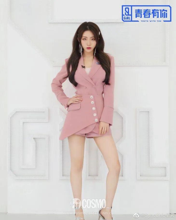 收腰露腿,杨幂年前就开始带货的西装裙终于穿上了