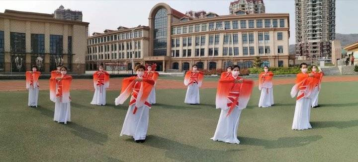 烟台一小学校长创编《拱手礼》手势舞,传统见面礼渐成新风尚