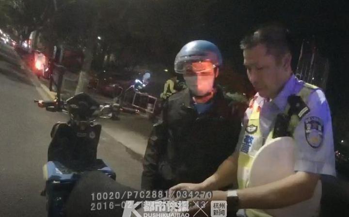 外卖小哥无证驾驶被扣急得跳脚,我送餐快超时了⋯浙江交警开警车送外卖把网友暖到了