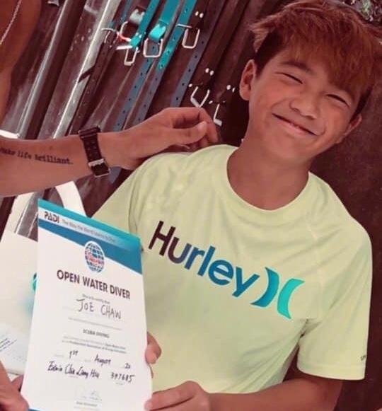 曹格12岁儿子Joe近照,考取潜水证,染黄发梳鸡冠头变非主流