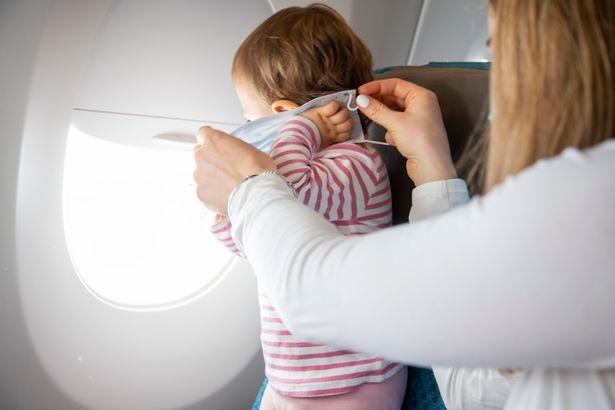 """医生开证明3岁男孩""""不能戴口罩"""",一家三口仍被赶下飞机"""