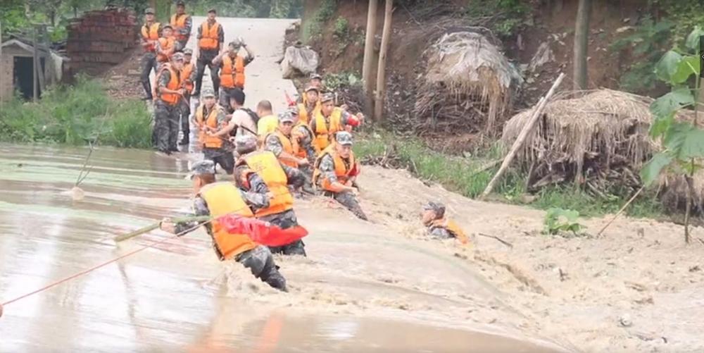 英雄归来!被洪水卷走的排长出院归队