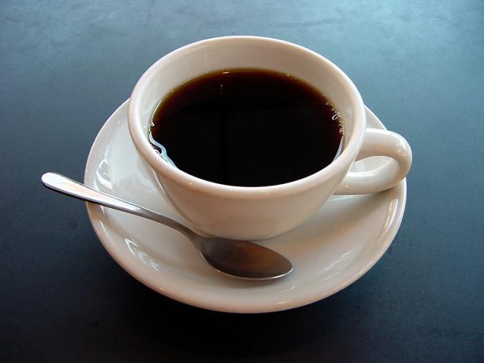 研究发现摄入咖啡因会改变大脑结构 诱发暂时的神经可塑性 原创cnBeta2021-02-17 10:22:16 一项独特的安慰剂对照研究发现,每天摄入咖啡因可以显著减少人脑中灰质的体积。研究人员强调,