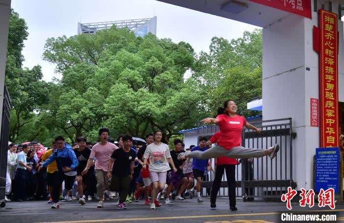 """""""一字马""""女孩罗子欣考上中国美院 教练:一切不是偶然"""