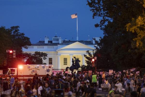 特朗普接受提名之夜:白宫外竖起2米多高铁丝网,附近再度被众多抗议者占据