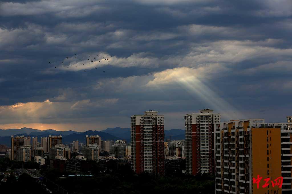 """北京:""""光柱""""雨后现身 宛如科幻大片"""