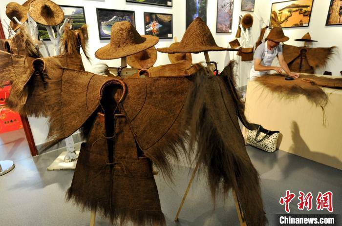 民间传统的蓑衣编制技艺 棕丝编制最原始的雨具
