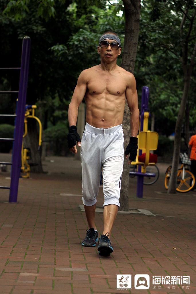 """沈阳退休大叔练成""""健身达人""""八块腹肌清晰可见"""