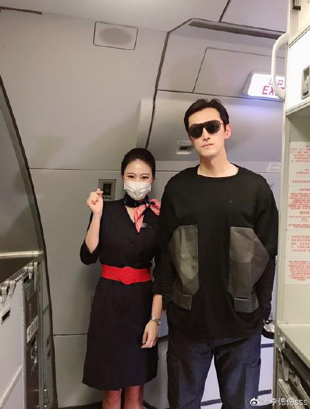 空姐偶遇胡歌晒合影 酷黑LOOK又高又帅状态佳