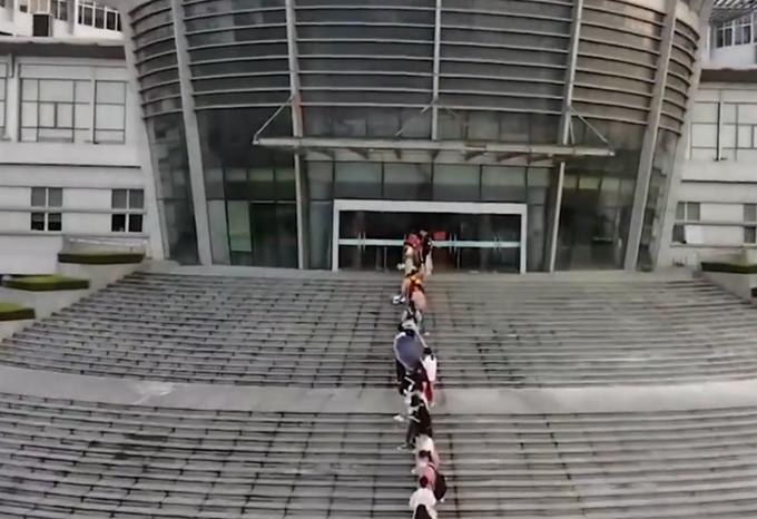 开学季江苏这所高校学生排百米长队进图书馆:来迟就没座位了