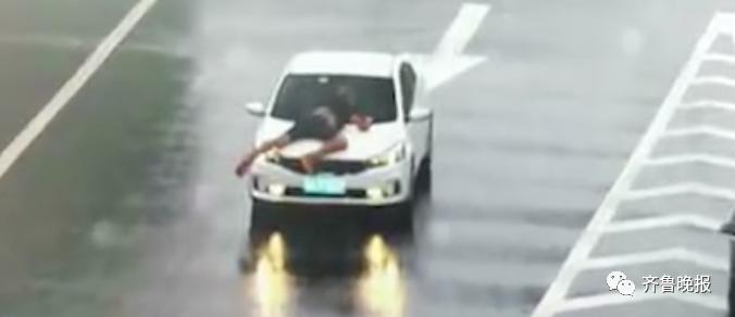 惊险!小车高速上顶人行驶五六公里,下着暴雨还不断超车!后续来了
