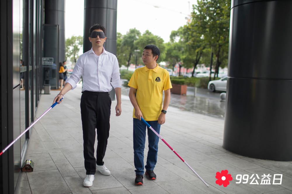 朱亚文蒙眼直播体验视障人士生活 真诚温暖传递正能量