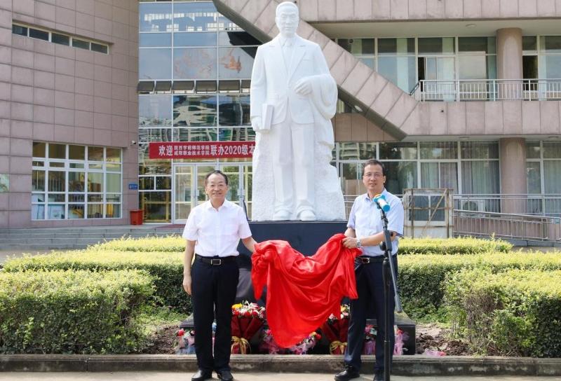 陈鹤琴雕像在咸阳职院落成