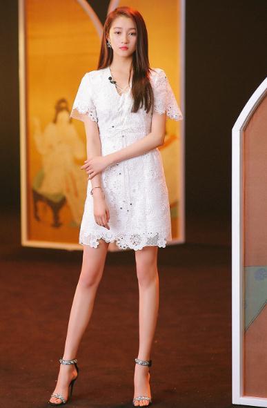关晓彤生日蹦迪,穿性感超短裙大秀身材,满屏都是大长腿啊