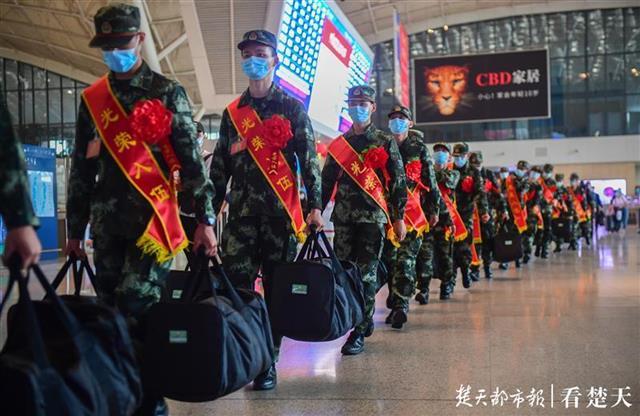 湖北省2020年首批新兵起运,武汉站前集结奔赴军营