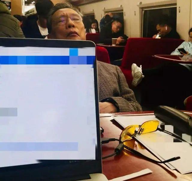 """钟南山荣获勋章 女儿却被骂上热搜:""""偏见""""可以有多可怕"""