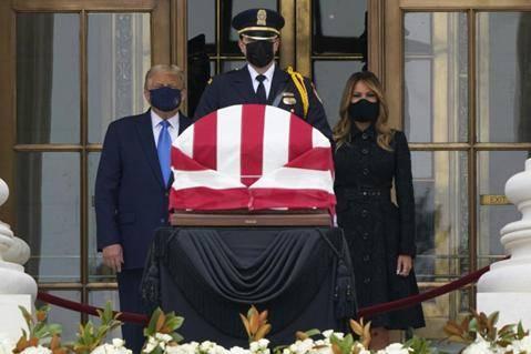 """吊唁金斯伯格时被嘘""""下台"""",特朗普:听不清,是政治的颂歌吧"""
