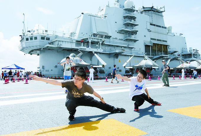 今天辽宁舰8周岁,重温辽宁舰入列以来高光时刻,曾穿越海峡震动台湾