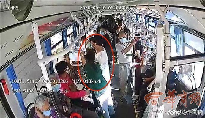 陕西公交司机怒斥车上4小偷:你们四个不要过分了!给我规规矩矩的