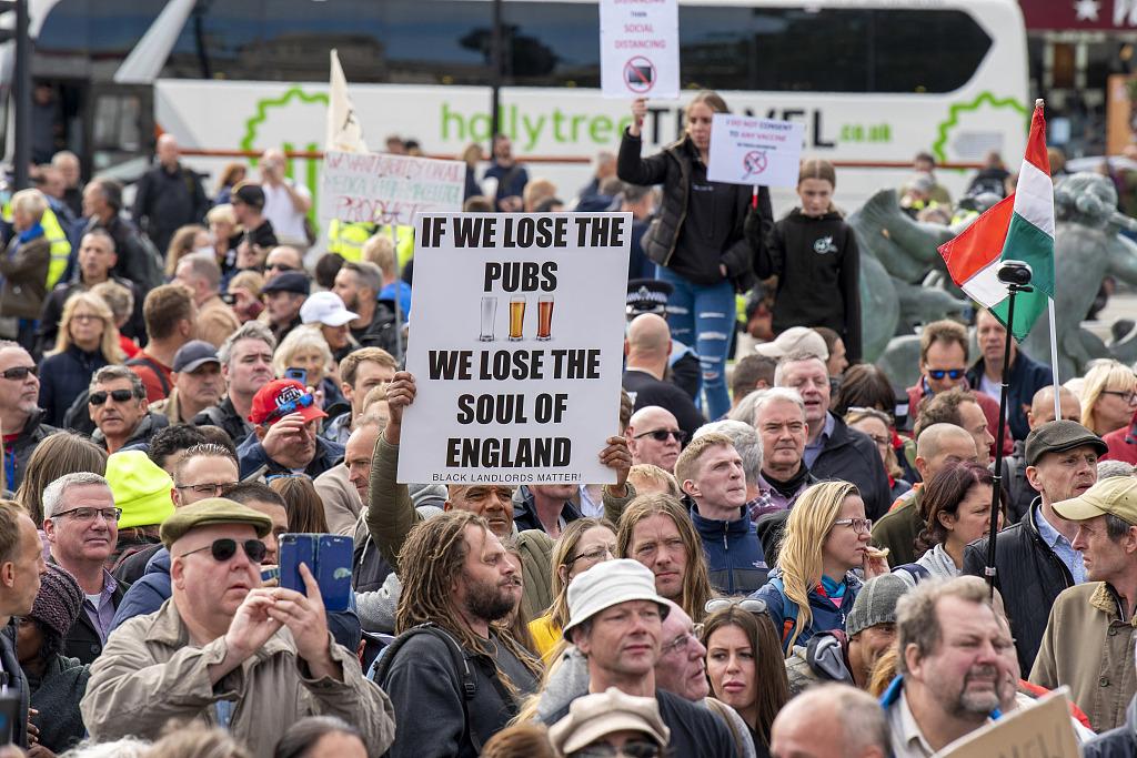 """伦敦爆发反""""疫情封锁""""抗议游行 16人被捕9名警察受伤"""