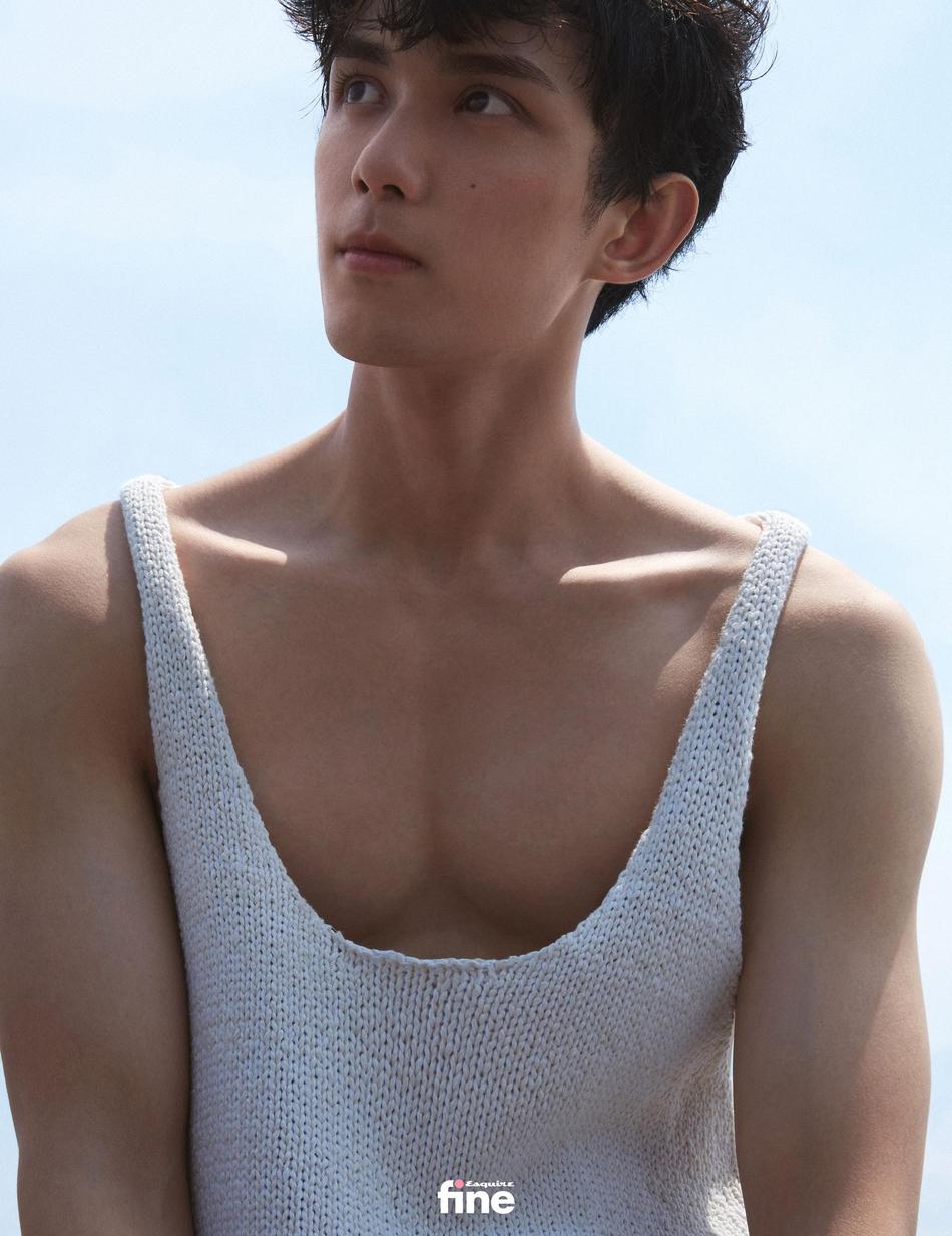 吴磊身着蓝色衬衫 造型清爽少年感十足