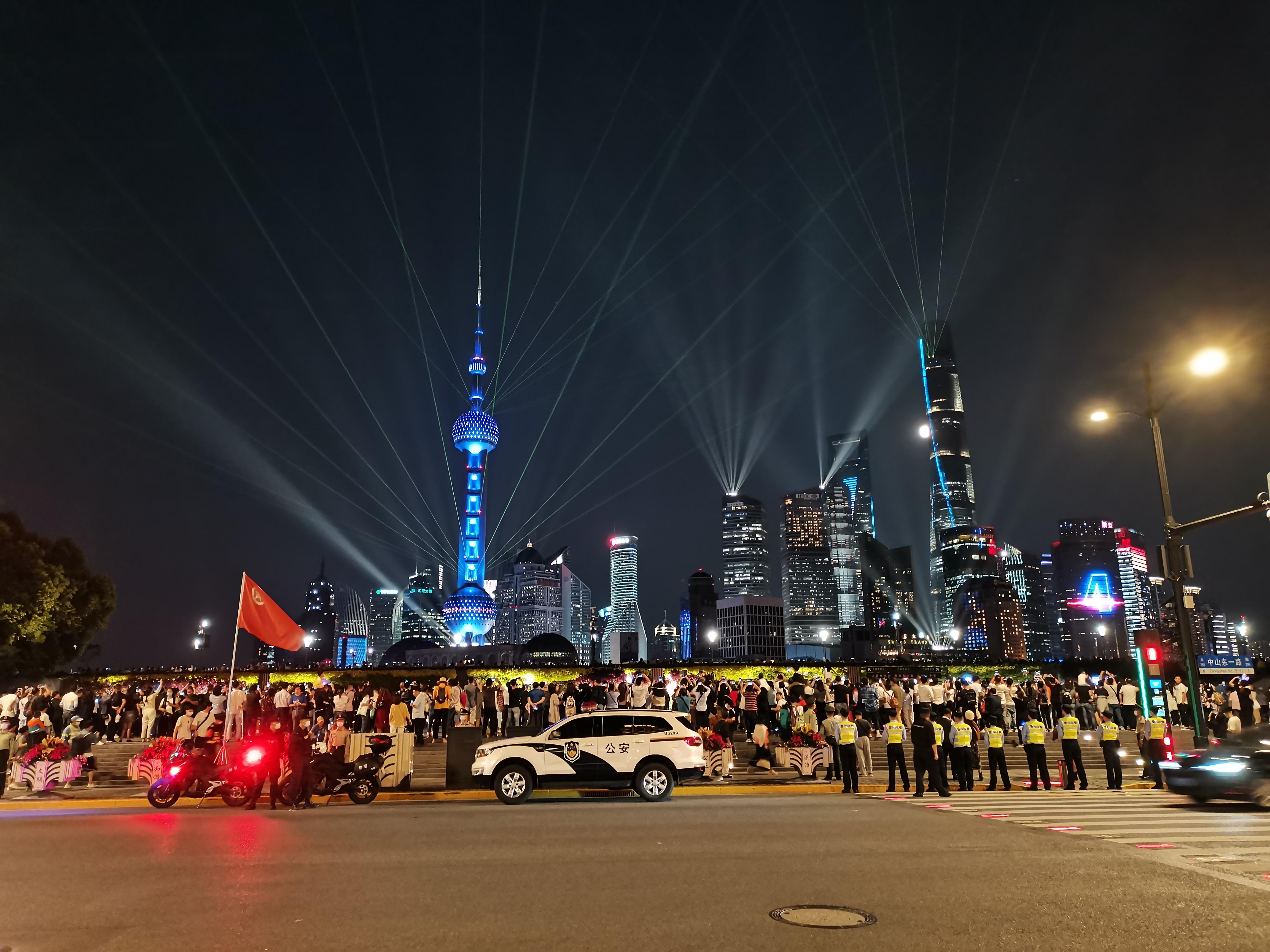 """国庆中秋双节人从众,""""上海外滩再现拉链式人墙""""冲上热搜"""