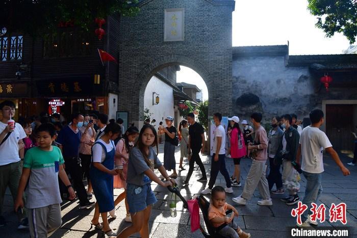中秋国庆假期中国接待国内游客6.37亿人次(图1)