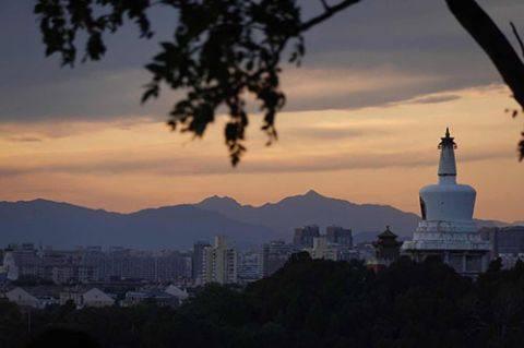 北京迎来大风天气,在景山远眺西山,晚霞靓丽