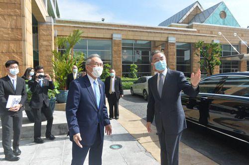 王毅同泰国副总理兼外长敦举行会谈
