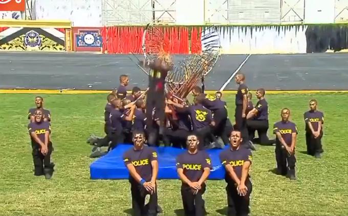 埃及警察学院毕业典礼表演胸口碎大石、钻火圈,太热闹了