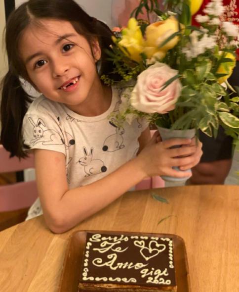梁咏琪带女儿做蛋糕 Sofia换牙门牙掉光