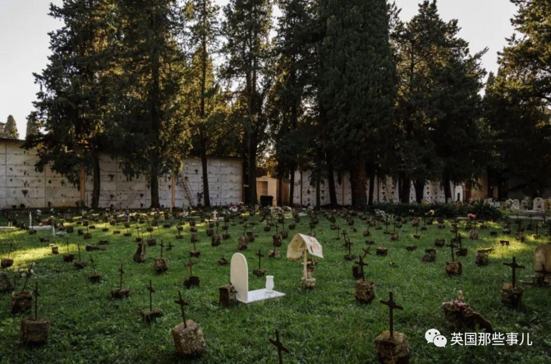 上百意大利女生发现自己名字被写在墓地十字架上!这不是恐怖故事,而是公开羞辱...