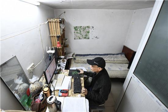 男子湖师大毕业后蜗居20年坚持复原《红楼梦》,每天花费不超10元,想做千古文人,还想获诺贝尔奖